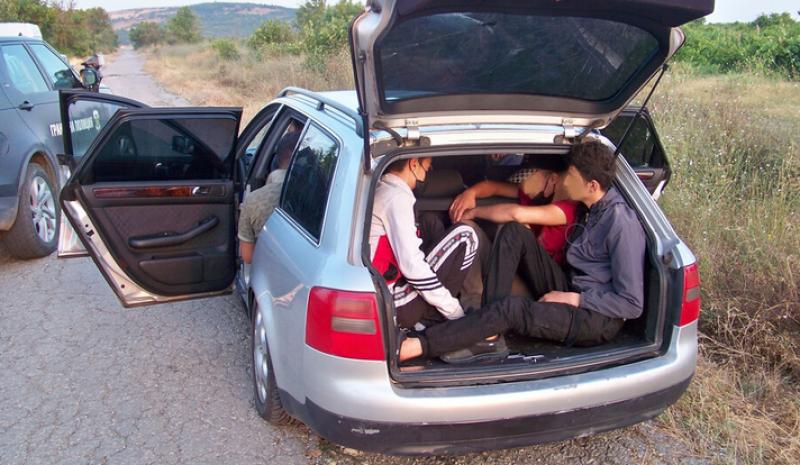 Заловиха девет мигранти в кола. Шофьорът им пробвал да избяга СНИМКИ