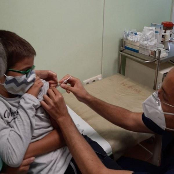 Наш лекар показа как ваксинира двете си деца СНИМКИ