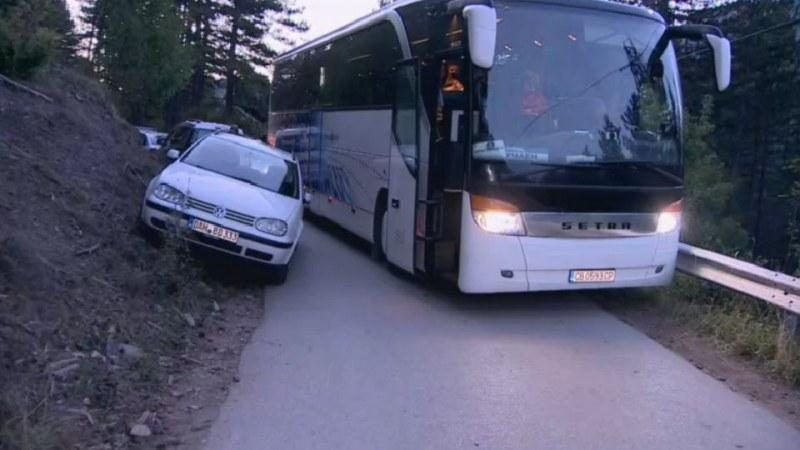 Инцидент на Кръстова гора: Автобус не успя да вземе завой, натресе кола