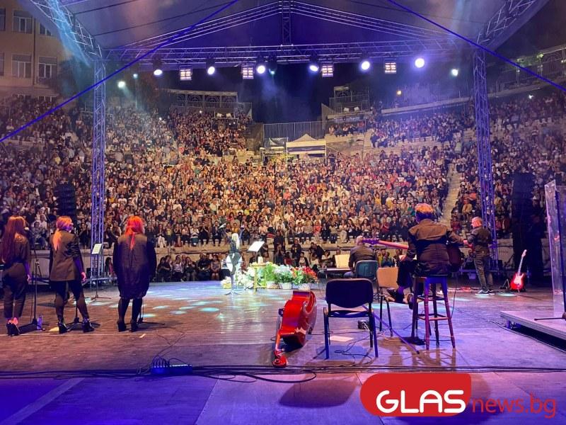 Пиле няма къде да кацне на концерта на Лили Иванова в Пловдив. СЗБ: Оставка!