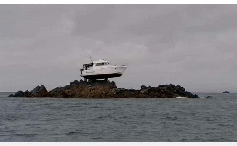 Кацнал на една скала: Лодка остана във въздуха след сблъсък СНИМКИ