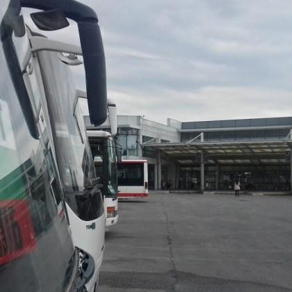 Тирове и автобуси спират, ресторантьори се надигат. Пак на площада, на 28-ми