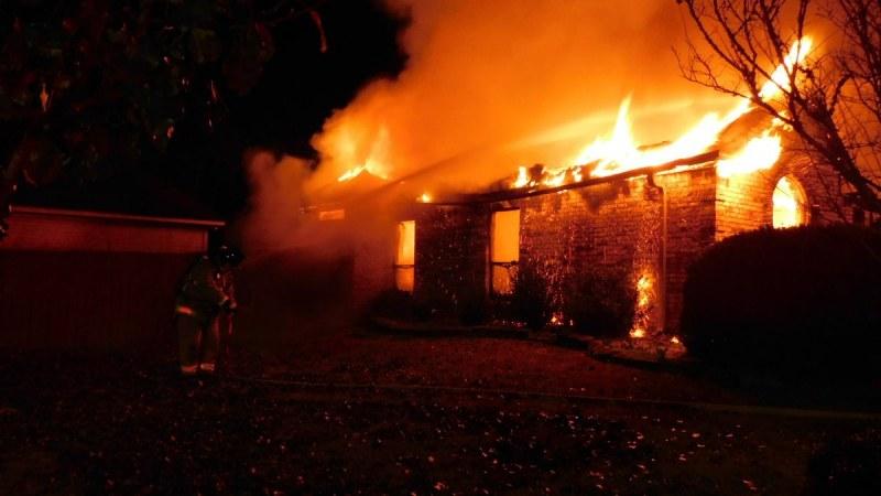 Пиян запали къщата на колежка, имал лош спомен. После съжали, събуди ги!