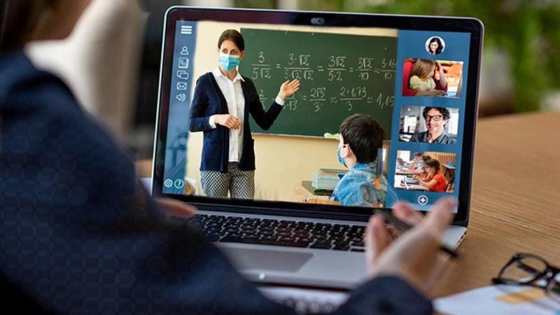 Ден след като влязоха в клас: Ученици вече преминават на онлайн обучение