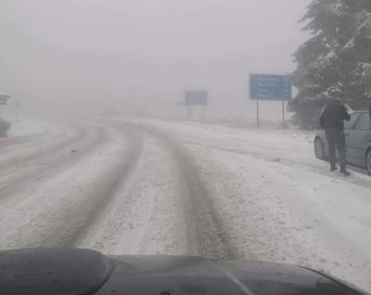 Сняг заваля на Беклемето, натрупа и на прохода Петрохан*