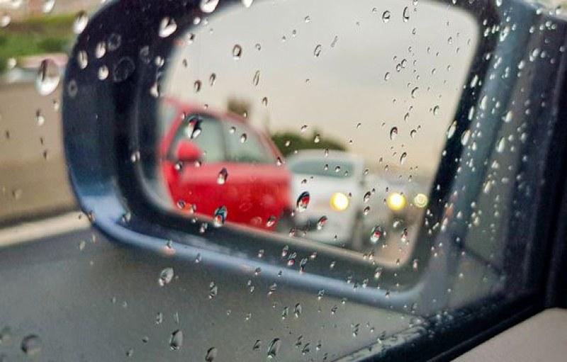 Жена закъса с колата си в час пик и пороен дъжд, млад мъж се притече