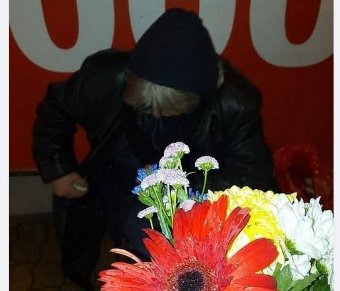 Баба продава цветя нощем, за да изгледа внучето. Моли само за топло одеяло