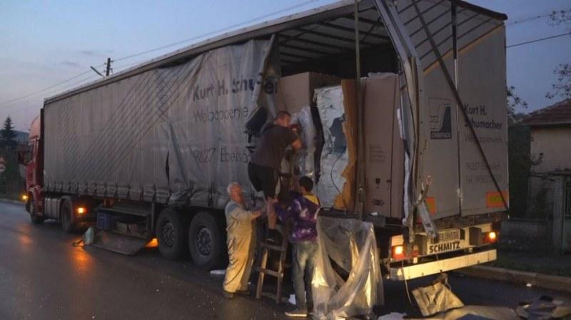 Челен удар между два тира! Режат кабината, за да спасят пловдивски шофьор