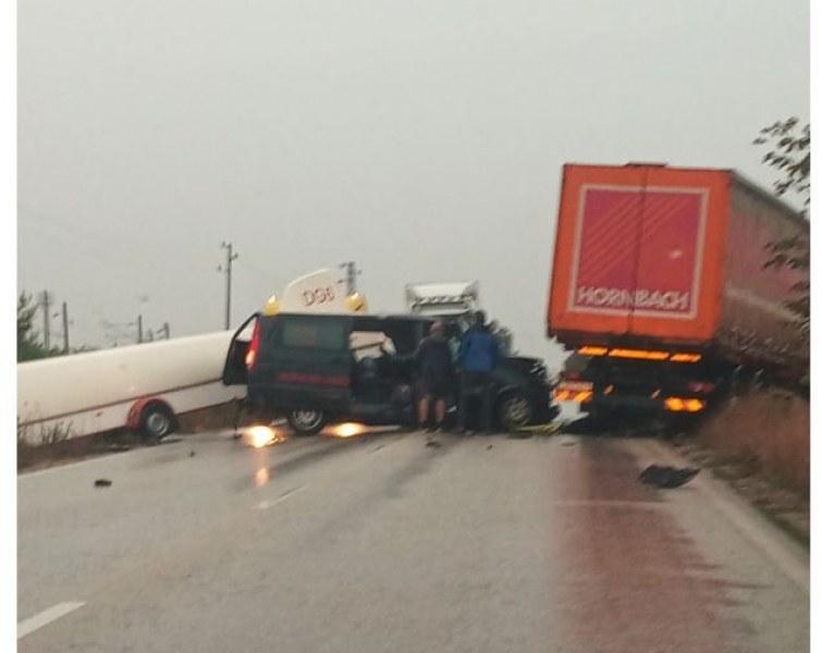 Тежка катастрофа между камион и кола на Е-79! СНИМКИ