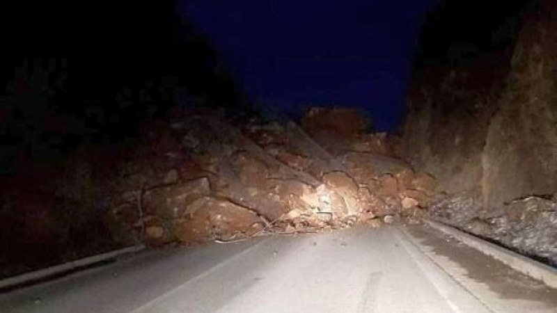 Скали паднаха на пътя Асеновград-Смолян