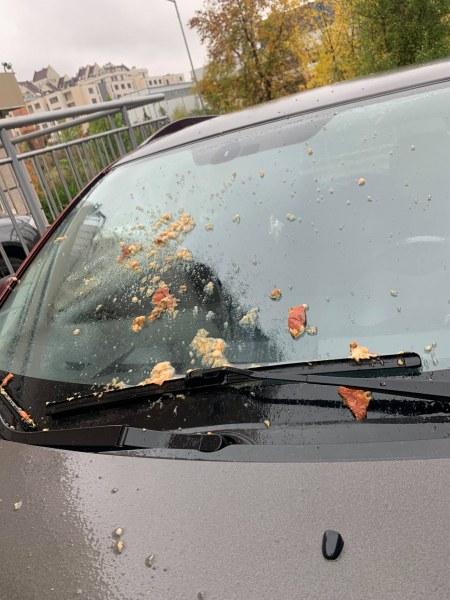 Кола омазана на паркинг. Битка за паркоместа ли? СНИМКИ