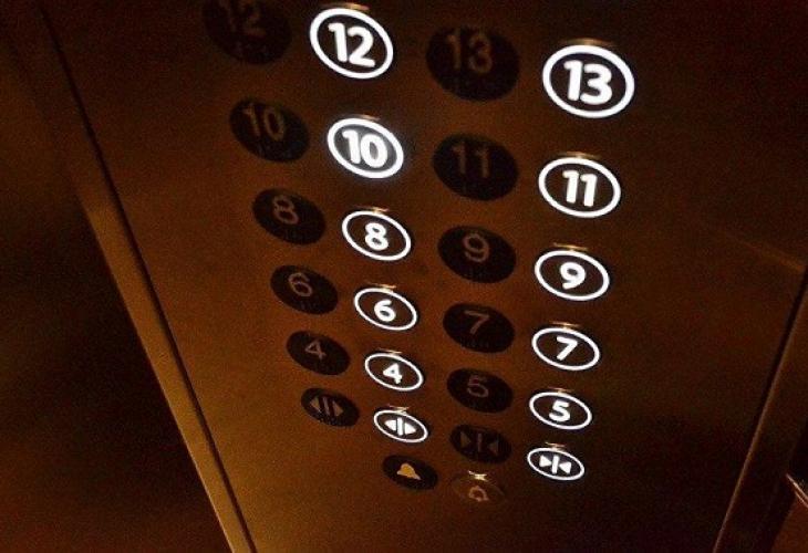Мистична невидима сила подхвърли момиче в асансьор (ВИДЕО)