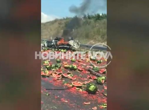 Камион и кола се помляха на АМ Марица! Автомобилът изгоря, дини се пръснаха по пътя