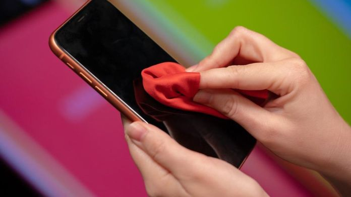 Чистите ли телефона си правилно? Ето как НЕ се прави.