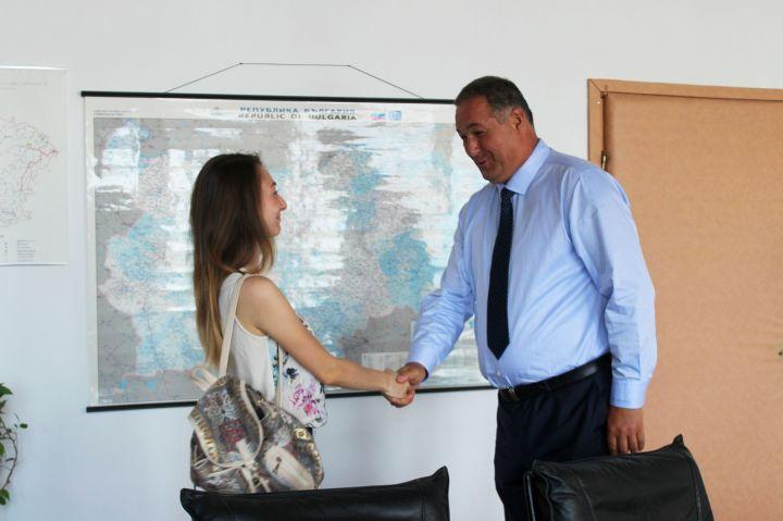 Областният управител подари таблет на отличничката на Разградска област на матурите