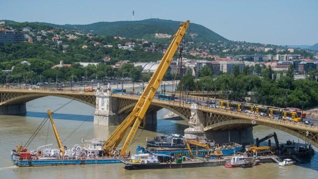 Кран извади корабчето, потънало в Дунава при Будапеща