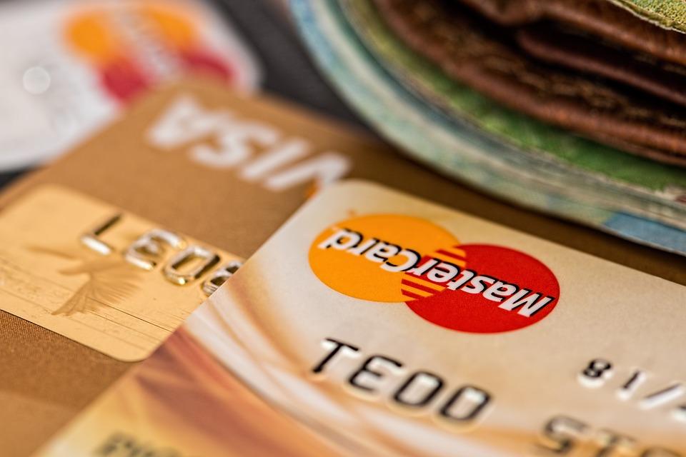 Банките с изпреварващ ход: Падат лихвите, вдигат таксите до… тавана!