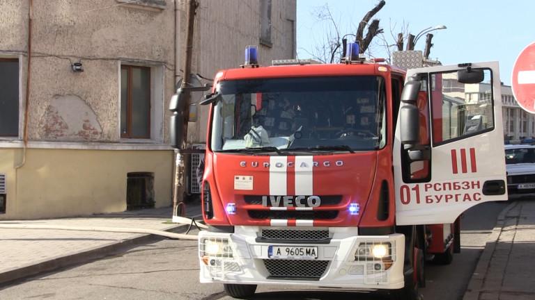 Пламна покрив на жилищна сграда в Бухово! Евакуираха хората