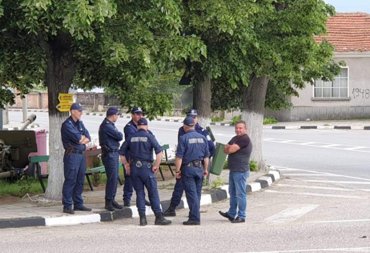 Кърнаре блокирано е полицията, пиле не може да префръкне (СНИМКИ)