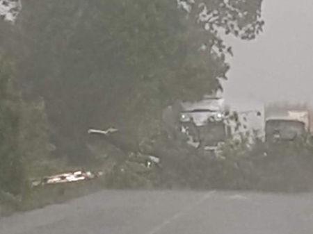 """Ад на магистрала """"Тракия"""": Градушка удари аутобана, по пътя падат дървета"""