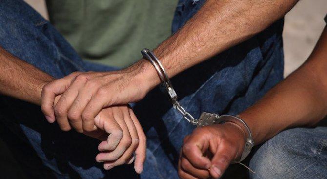 Полицаи спряха колата на пловдивски лекар и ахнаха: вътре пълно с различни видове дрога! Закопчаха го!