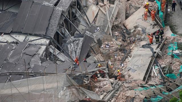 Сграда се срути в Шангхай и затрупа строителни работници