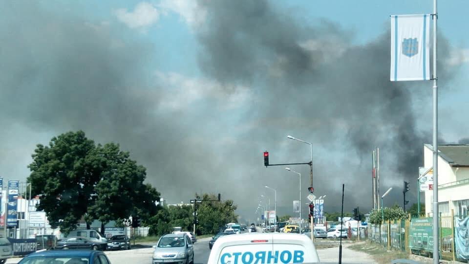 Отново пожар! Горят треви в близост до автокъщи във Варна СНИМКИ