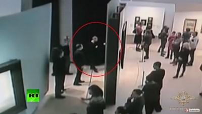 Крадецът на картината от Третяковската галерия я свалил от стена в присъствието на посетители (Видео)