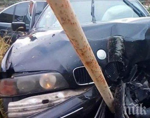 Шофьор заспа посред бял ден и се заби в бетонен стълб