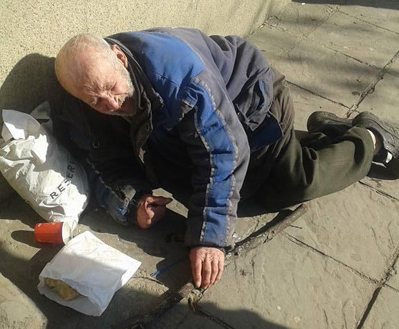Полиция, бърза помощ и социални, оставиха този сиромах на улицата в София! Мъж се опита да му помогне, но се разплака! СНИМКИ