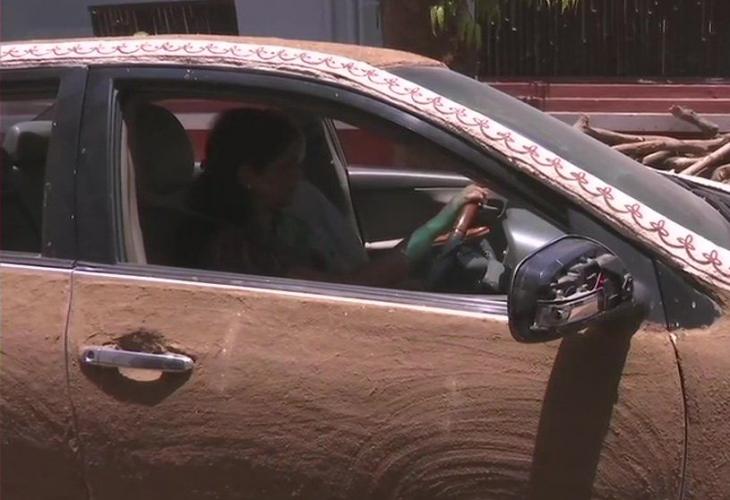 Няма да повярвате с какво тази жена намаза колата си заради горещината (СНИМКИ)