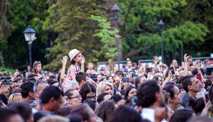 Пъстроцветно шоу събра хиляди души в центъра на Русе