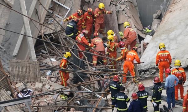 Сграда рухна в Шанхай, 11 души са спасени изпод руините
