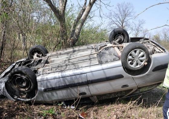 Кола се обърна на път край Асеновград, вътре двама пияни!