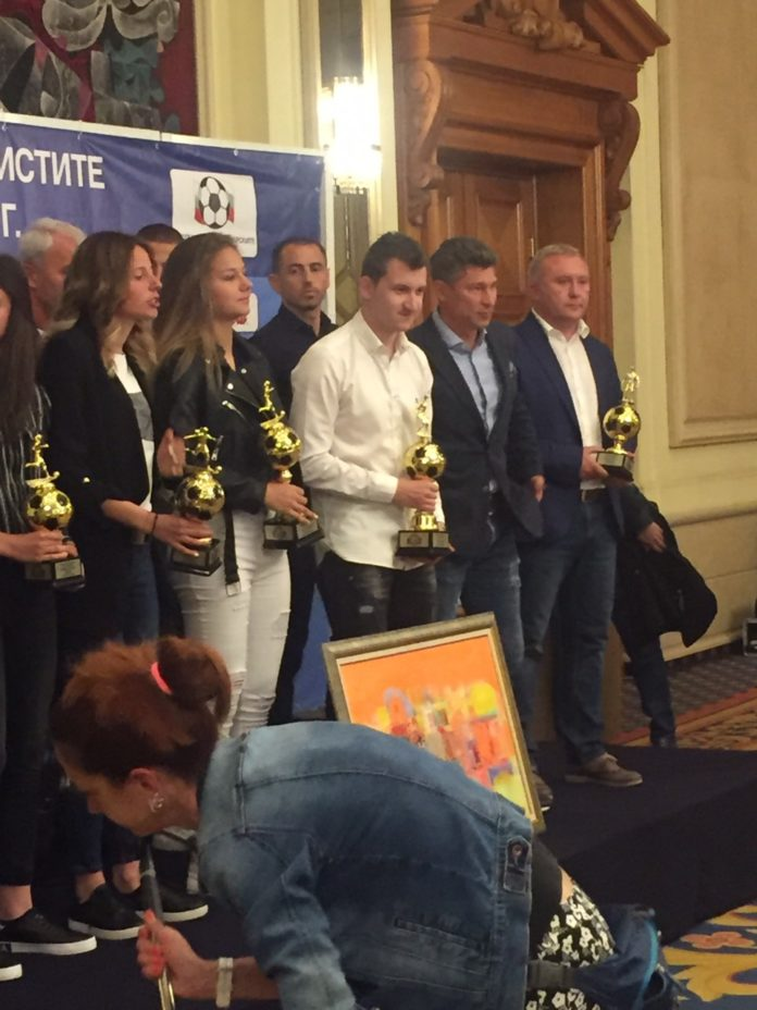 """За втора поредна година: Тошко Неделев бе избран от колегите си за """"Футболист на футболистите""""! Белия в тройката при треньорите!"""