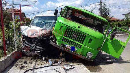 Соц камион направи на хармоника микробус с пътници, заби го в ограда в центъра на Средец