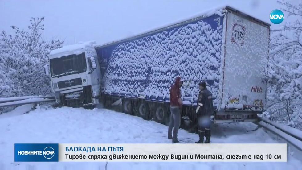 Камион се завъртя, автобус падна в канавка в Монтанско (ВИДЕО)