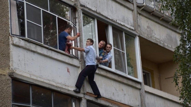Пиян държи 5-месечната си дъщеря за краката през прозорец… руска рулетка