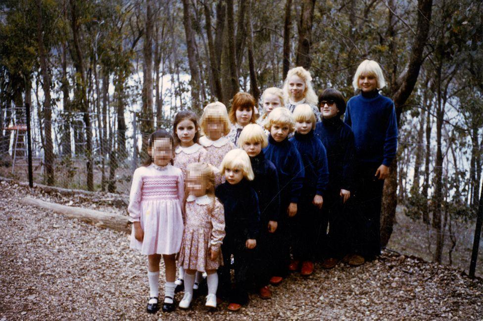 Бити деца, фалшива майка и група