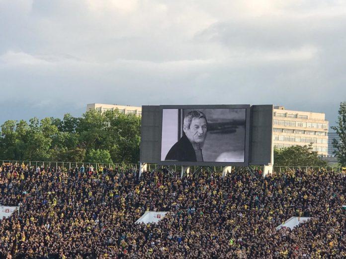 Феновете на Ботев и Локо почетоха Чико в 10-та минута на мача СНИМКИ