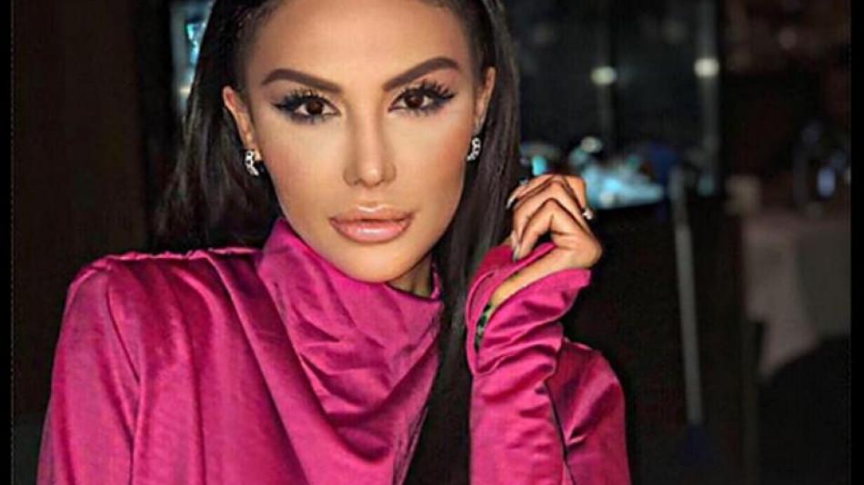 Моден гаф: Моника Валериева лъсна полугола на СНИМКА от бала си, под дрехата й се подава....