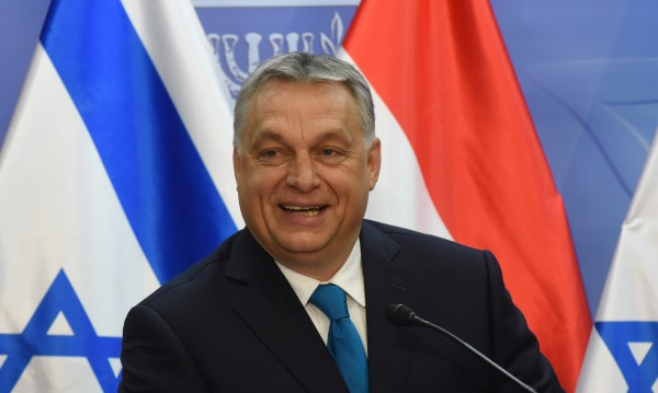 Двойната игра на Орбан: Мемориал за холокоста разгневи унгарците