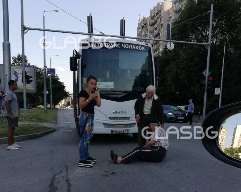 Автобус блъсна велосипедист, минал на червено СНИМКИ