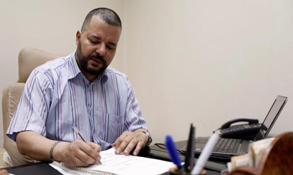Мунир Батур – адвокат, гей и кандидат за президент на Тунис