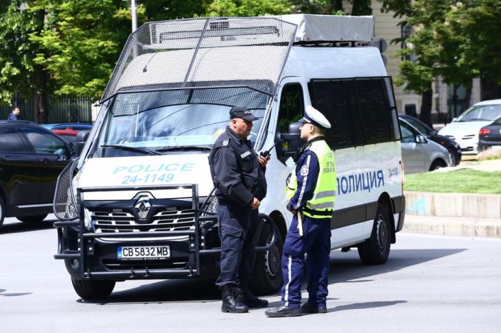Ето я засуканата банкова служителка, ограбила офиса с любовника си в Карлово