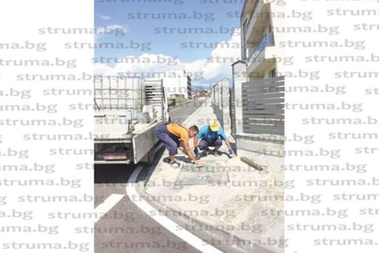 СРАМ ЗА МАЙСТОРА…Новоизградени канавки по тротоарите на ІV микрорайон в Благоевград пропаднаха дни след официалното откриване на проекта за 4.6 млн. лв.