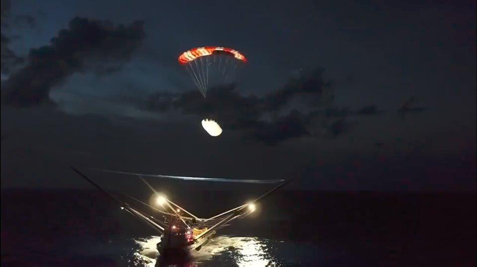 За първи път: Заснеха приводняването на ракета на Илон Мъск