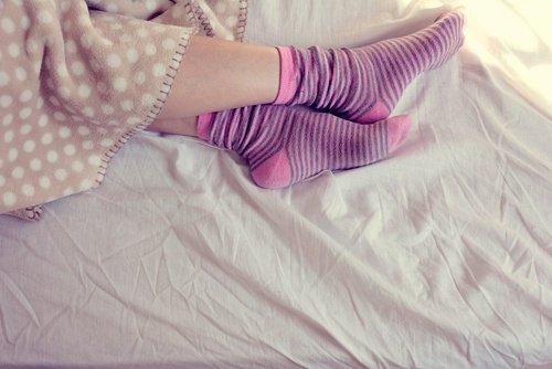 Защо е полезно да спим с чорапи през лятото