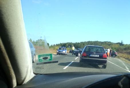 Пореден пътен кошмар край Приморско – две коли се удариха, блокираха пътя