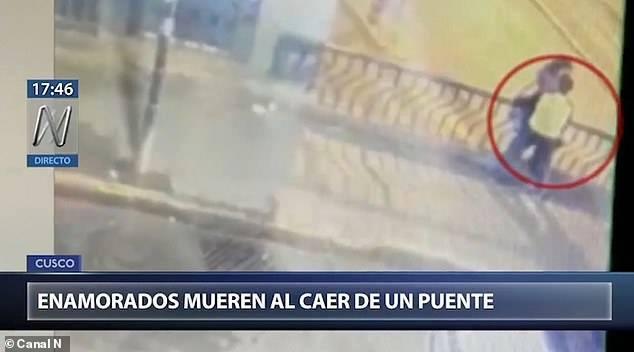 Целувката на смъртта: Мъж и жена паднаха от мост, докато се… натискат